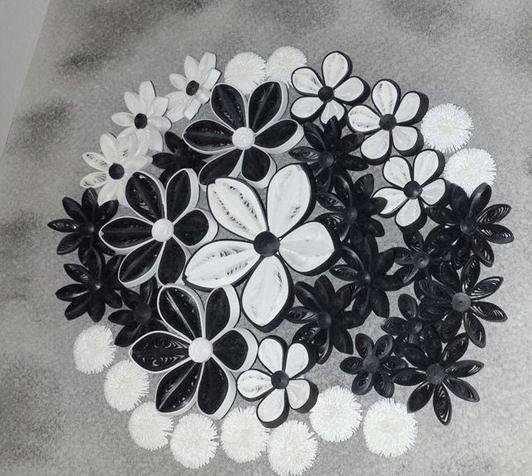 Черно белые цветы в стиле техники квиллинга