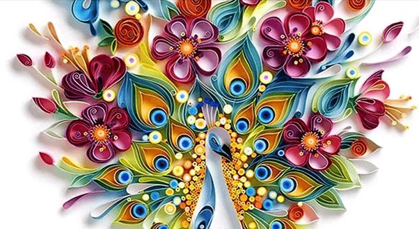 Разноцветный бумажный павлин в смешанной технике квиллинга