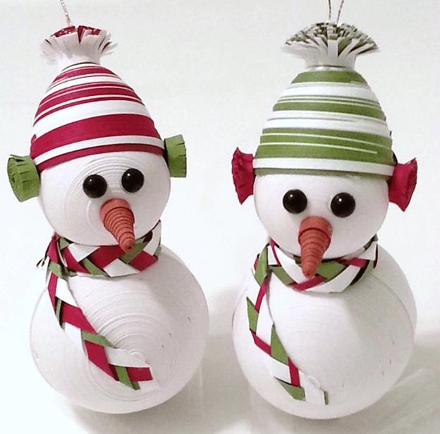 Два бумажных снеговика