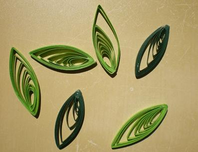 Изготовление бумажного листа в стиле квиллинга
