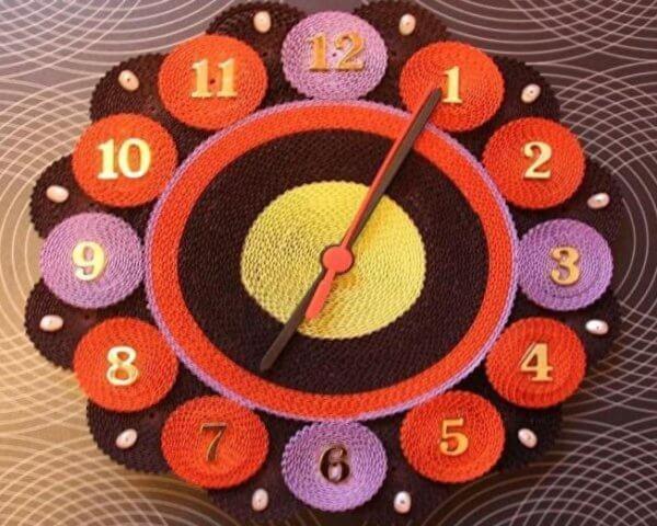 Готовые часы, выполненные в технике квиллинг