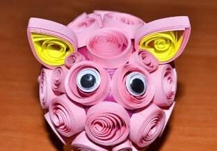 Приклеиваем глаза к готовой квиллинг свинке
