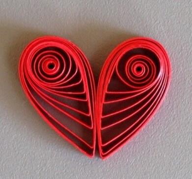 Склеиваем две квиллинг капли и получаем сердечко