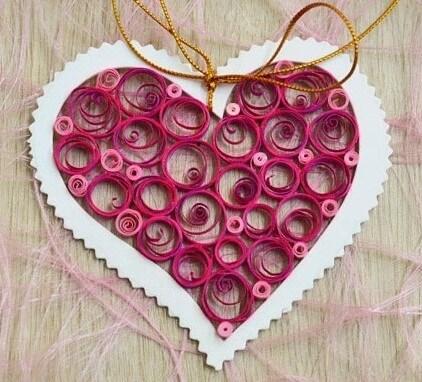 Завершаем готовое квиллинг сердечко добавлением тесьмы