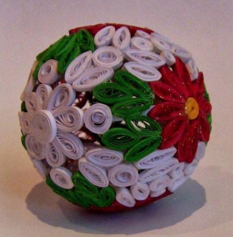 Готовая квиллинг поделка в виде новогоднего шарика для елки