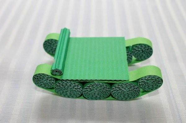 Изготовление бумажного танка из гофрированного картона в стиле квиллинга