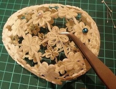 Изготовление поделки ажурного бумажного пасхального яйца в стиле технике квиллинга