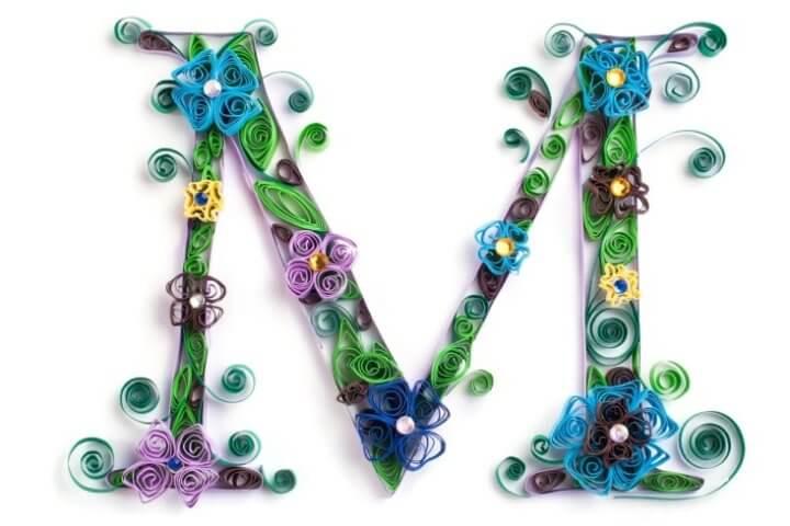 Объёмная бумажная буква М Русского алфавита в стиле квиллинга