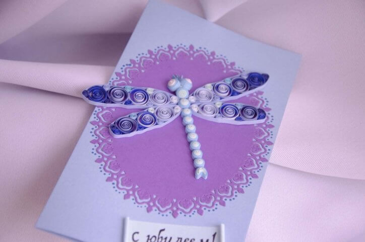 Готовая открытка со стрекозой из квиллинга