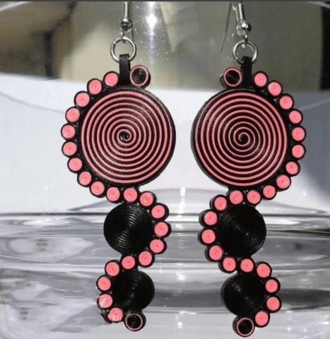 Розово-черные серьги в технике квиллинг