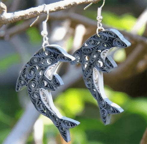Серьги-дельфины в стиле квиллинг