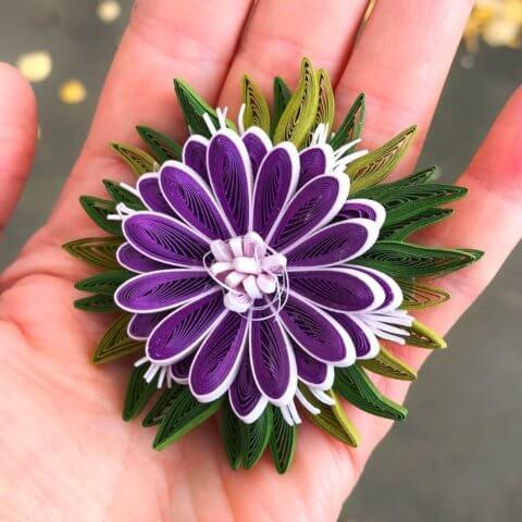 3D-украшение в технике квиллинг в виде фиолетового цветочка