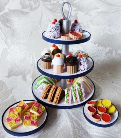 Тарелка с пирожеными в стиле квиллинг