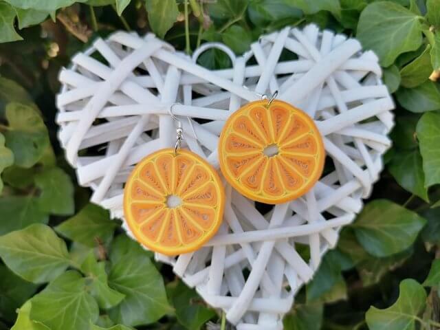 Украшение с дольками апельсина в технике квиллинг