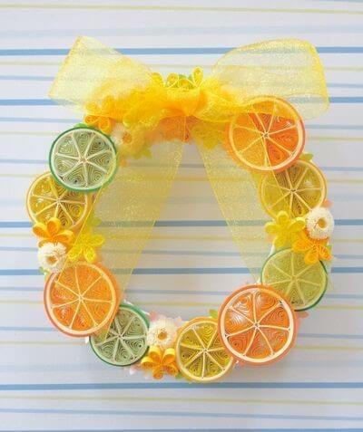 Венок из апельсинов в технике квиллинг